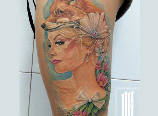 татуировка для девушки на бедре