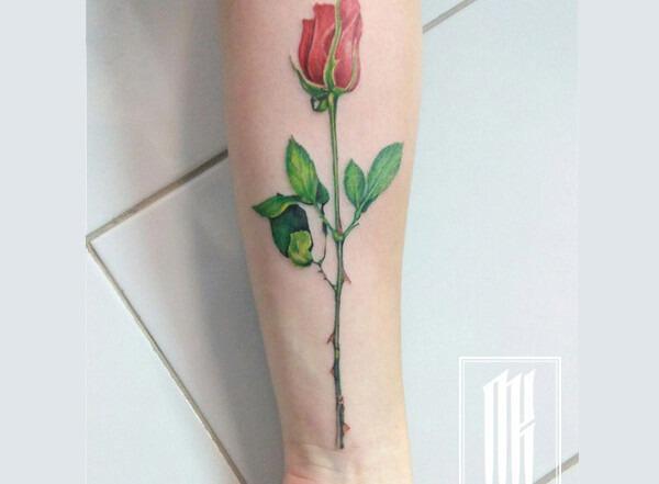 татуировка роза на руке для девушки