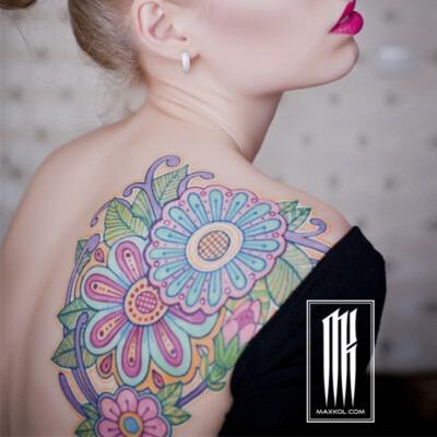 татуировка узор на лопатке у девушки