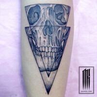 татуировка череп в чернос исполнении