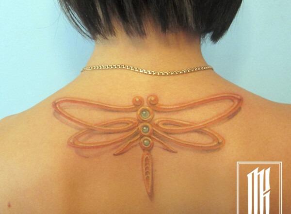 татуировка на шее у девушки