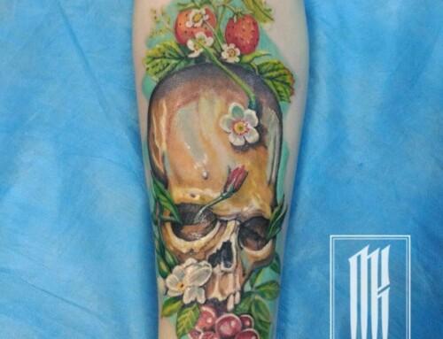 Татуировка череп с цветами и ягодами