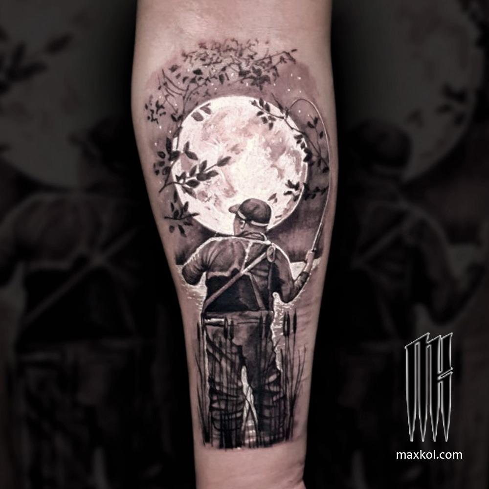Черно-белая татуировка на руке